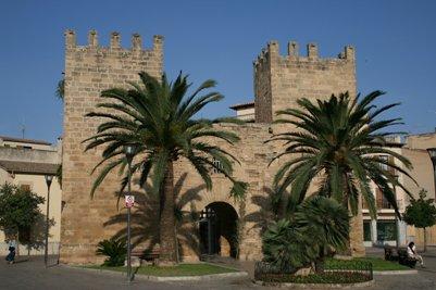 Espanjalaisen Alcudia kaupungin muurin portti Mallorcalla