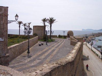 kuva - vanhan kaupungin muureja - Alghero - Sardinia - Italia