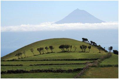 Azorit kuvia - Pico saaren Pico vuori kuvattu São Jorgen saarelta