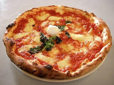 kuva perinteinen napolilainen pizza italialainen keittiö