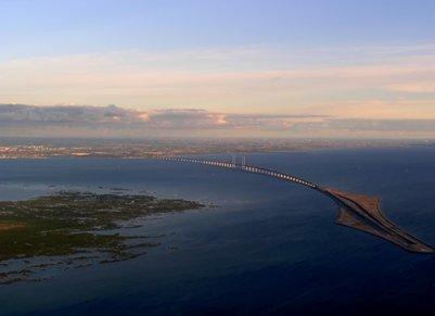 Juutinrauman silta yhdistää Tanskan Kööpenhaminan ja Ruotsin Malmön