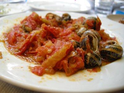 Keitettyjä etanoita tomaatin kera Kreeta ruoka kreikkalainen keittiö