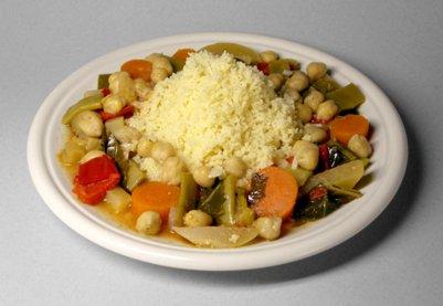 Pohjoisafrikkalaista kuskusta vihannesten ja kikherneiden kanssa tunisialainen keittiö ruoka